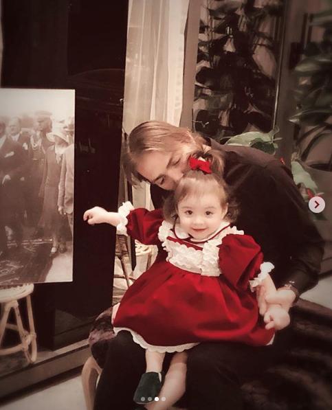 Şükran Ovalı ve Caner Erkin kızlarıyla fotoğraf paylaştı işte yeni yıl dilekleri