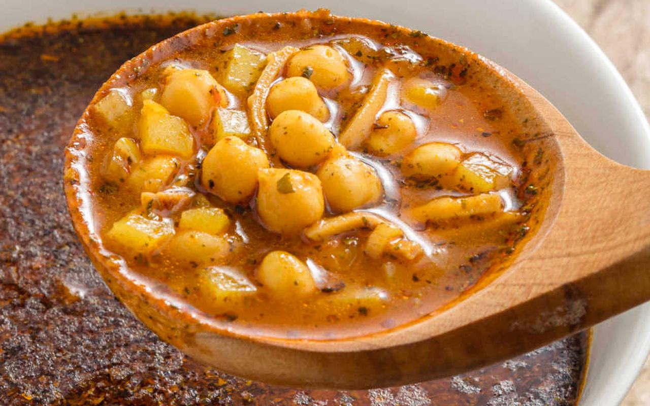 Soğuk havalarda iç ısıtan çorba tarifi erişteli nohut çorbası nasıl yapılır?