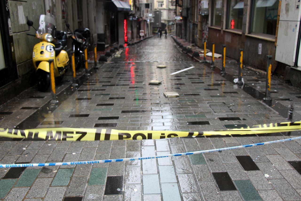 İstiklal Caddesi'nde aşırı rüzgar nedeniyle binadan kopan beton taksiye ok gibi saplandı