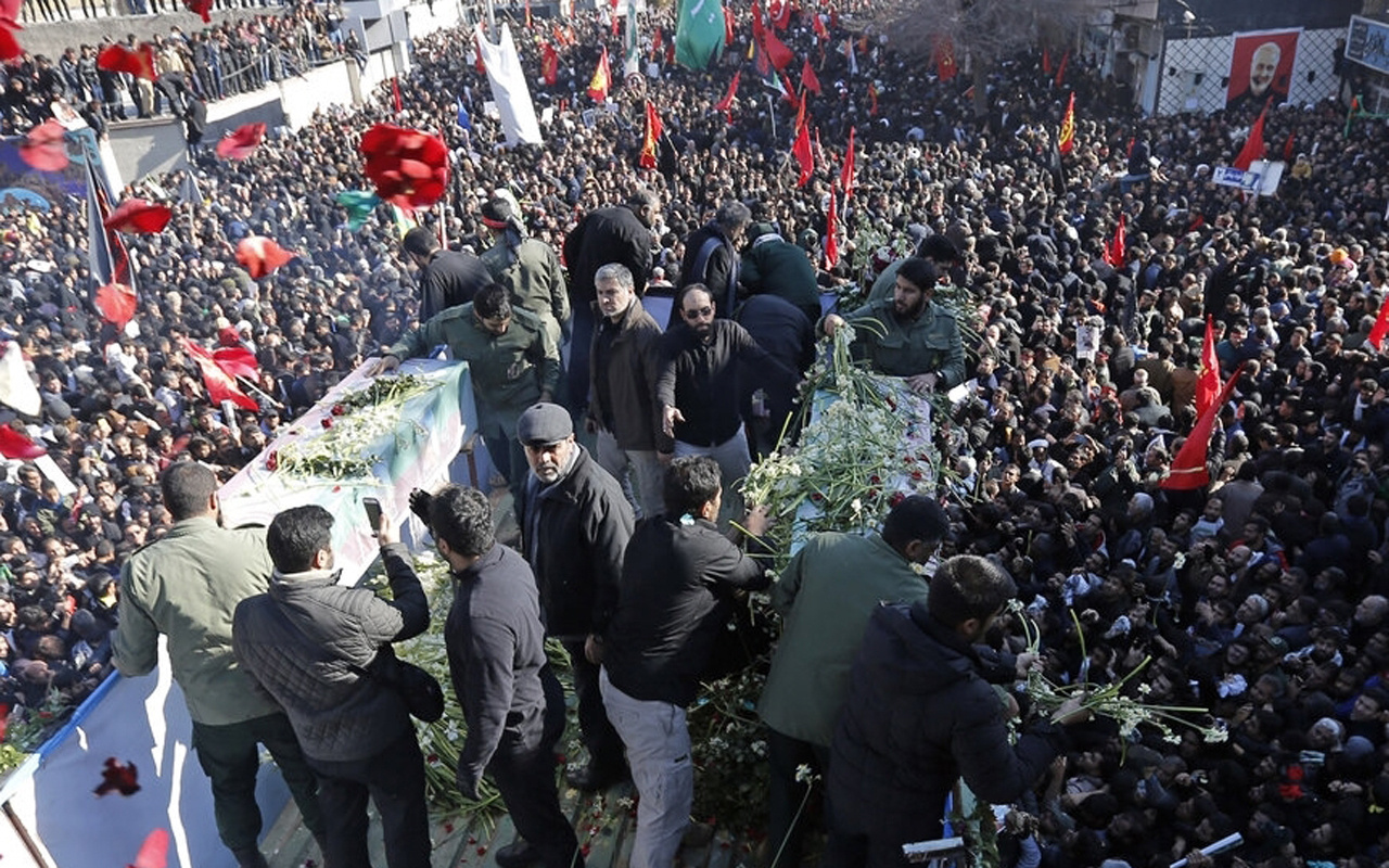 Kasım Süleymani'nin cenaze töreninde izdiham çıktı! Çok sayıda ölü var