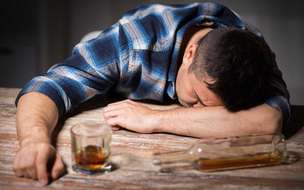İstanbul'da koronavirüsten korunmak için saf alkol içip de ölenlerin sayısı 30'a çıktı