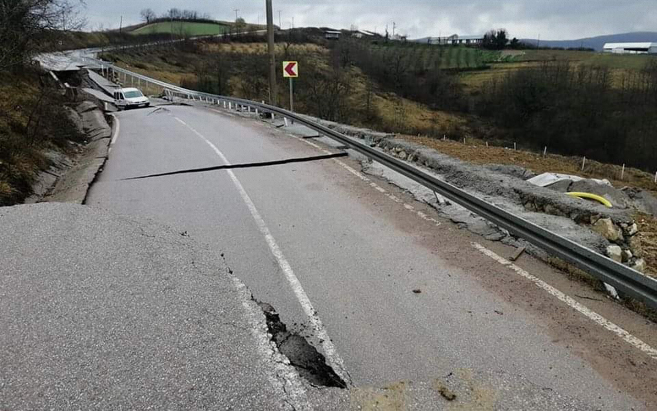 Kocaeli'de aşırı yağışlar nedeniyle yol çöktü