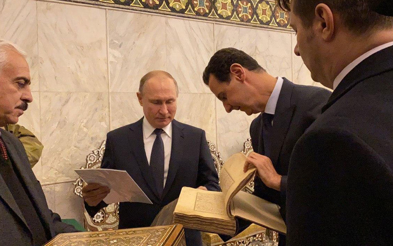 Şam'a giden Putin, Emevi Camii'nde Kur'an-ı Kerim'i inceledi