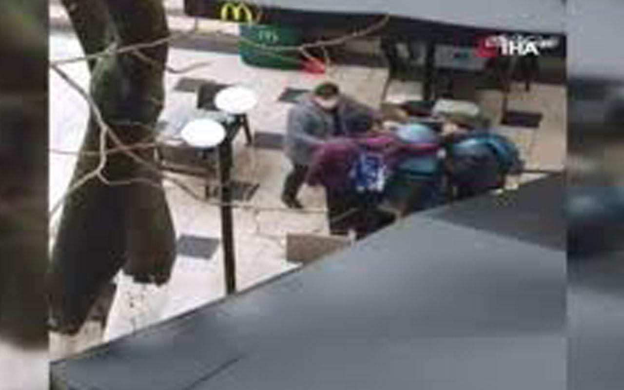 Sultanahmet'te Arap turistlerin tekme tokatlı kavgası kamerada