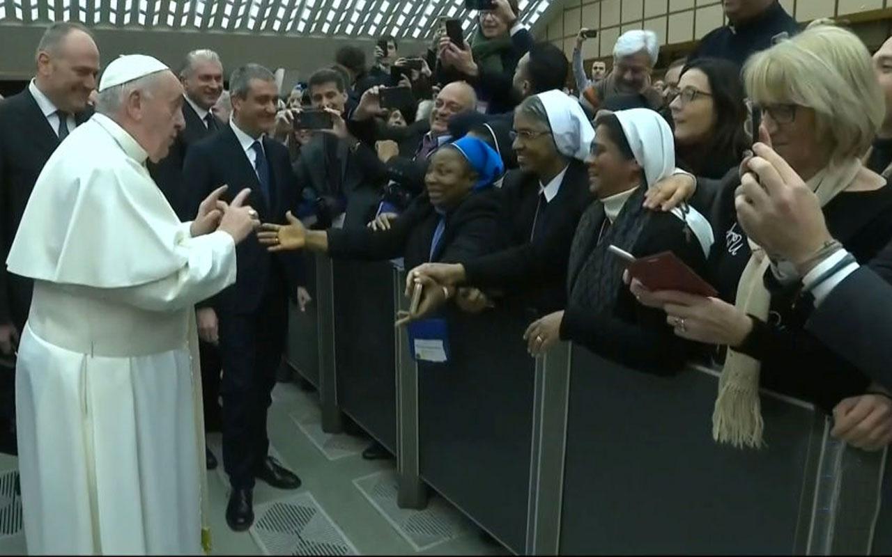 Papa Franciscus'tan öpücük isteyen rahibeye ilginç sözler