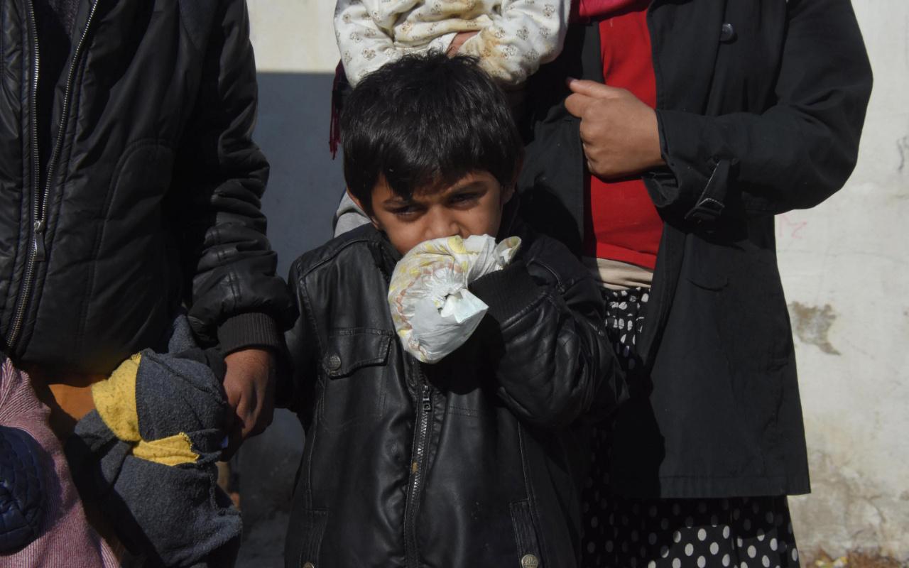 İzmir'de Miraç bebek ellerini ısırmasın diye bebek beziyle bağlıyorlar