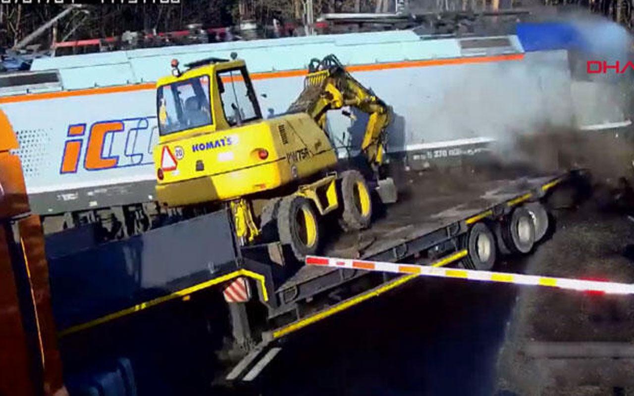 Tren hemzemin geçitte iş makinesi taşıyan TIR'a çarptı