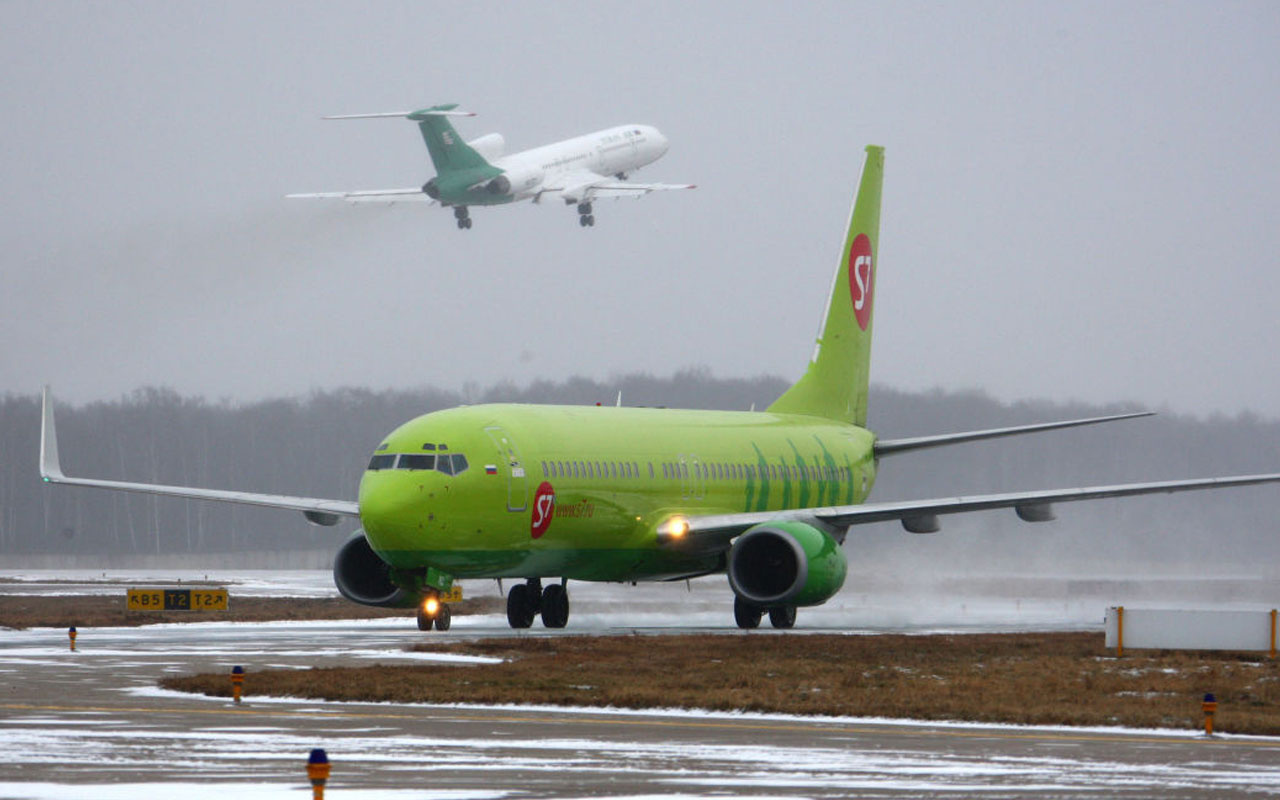 Kalkışa hazırlanan yolcu uçağının motoru alev aldı