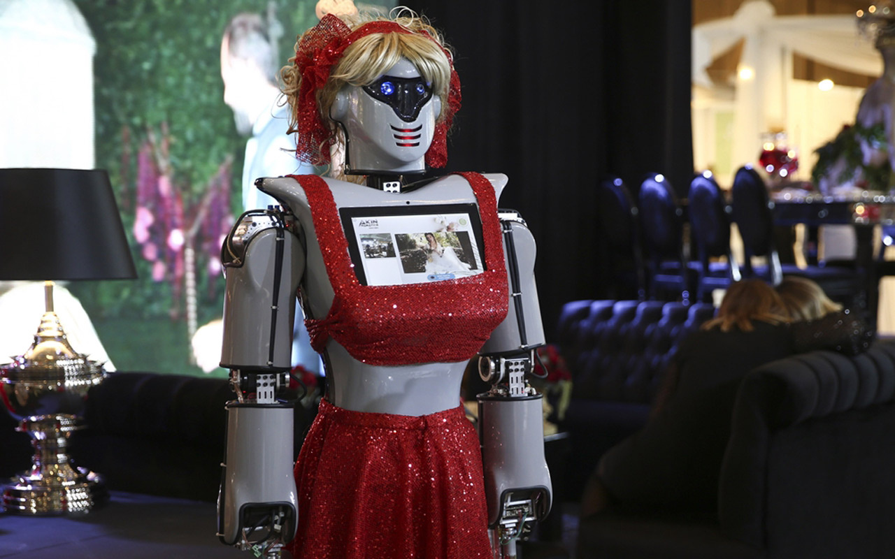İstanbul'da kına türküsü söyleyen ve dans eden robotlar büyük ilgi gördü