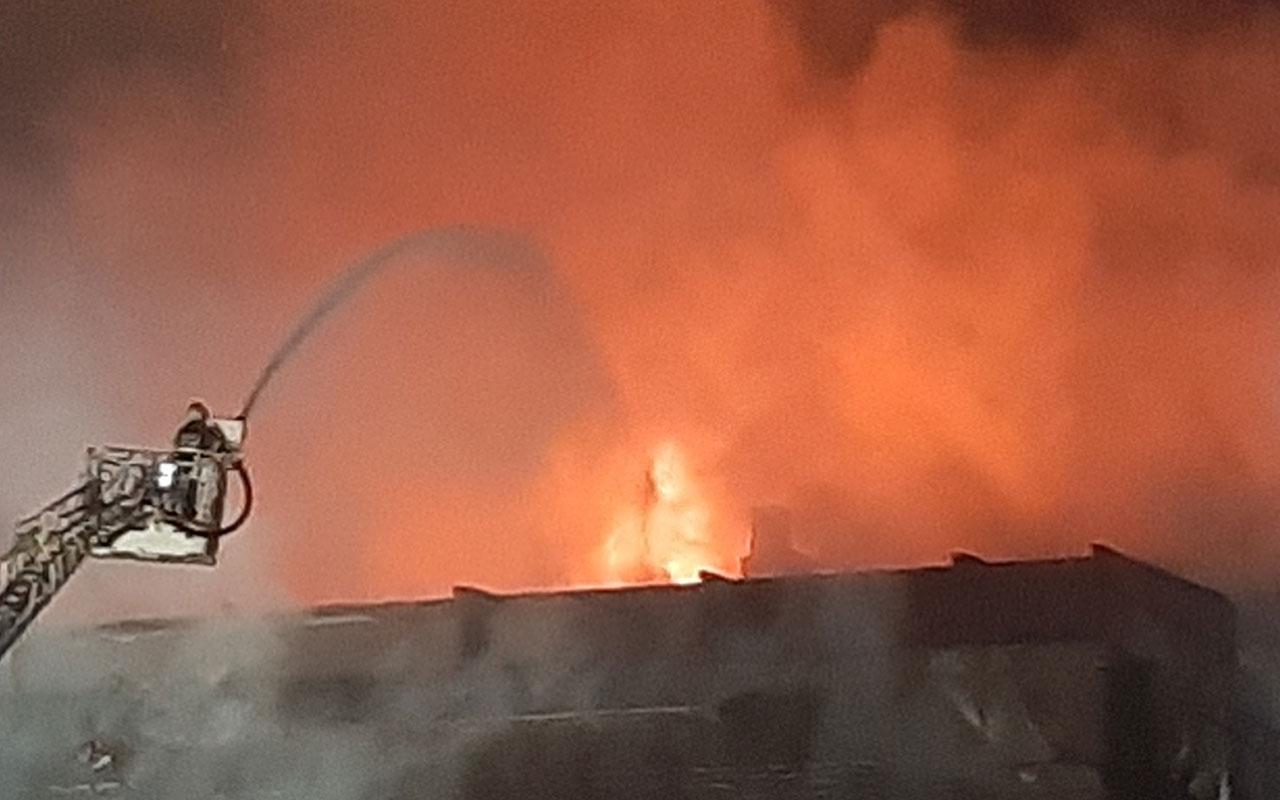 Kocaeli'de bir AVM'de çıkan yangın