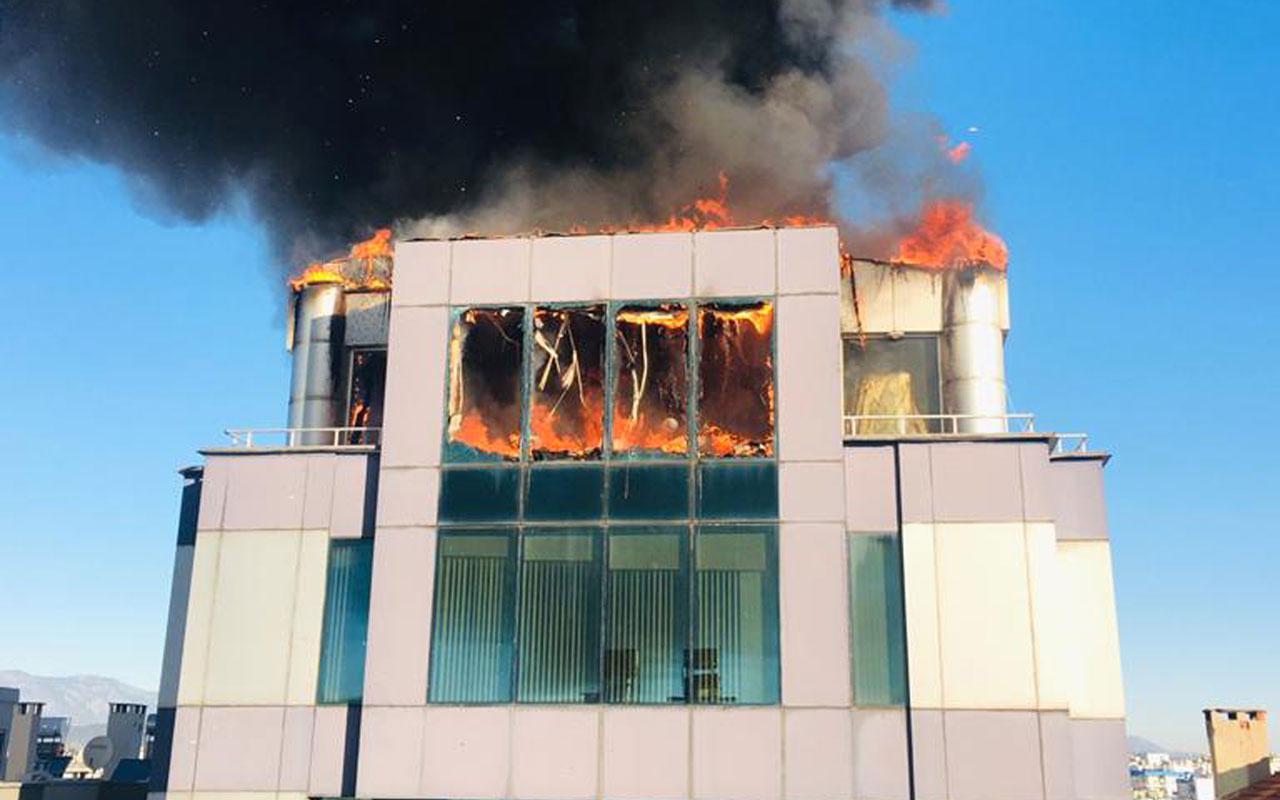 Antalya'da iş merkezinin çatı katında yangın