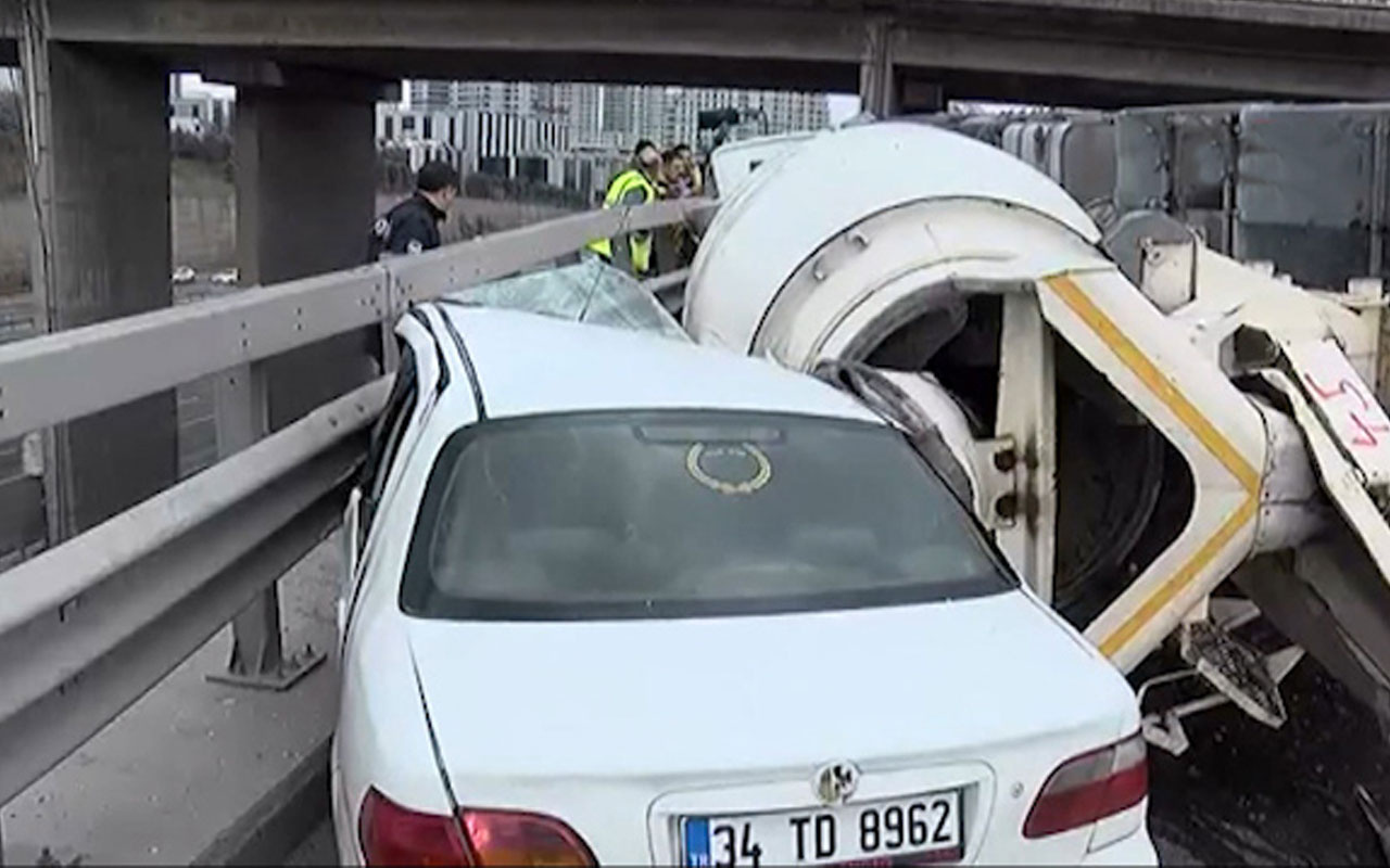 İstanbul Bağcılar'da beton mikseri otomobilin üzerine devrildi