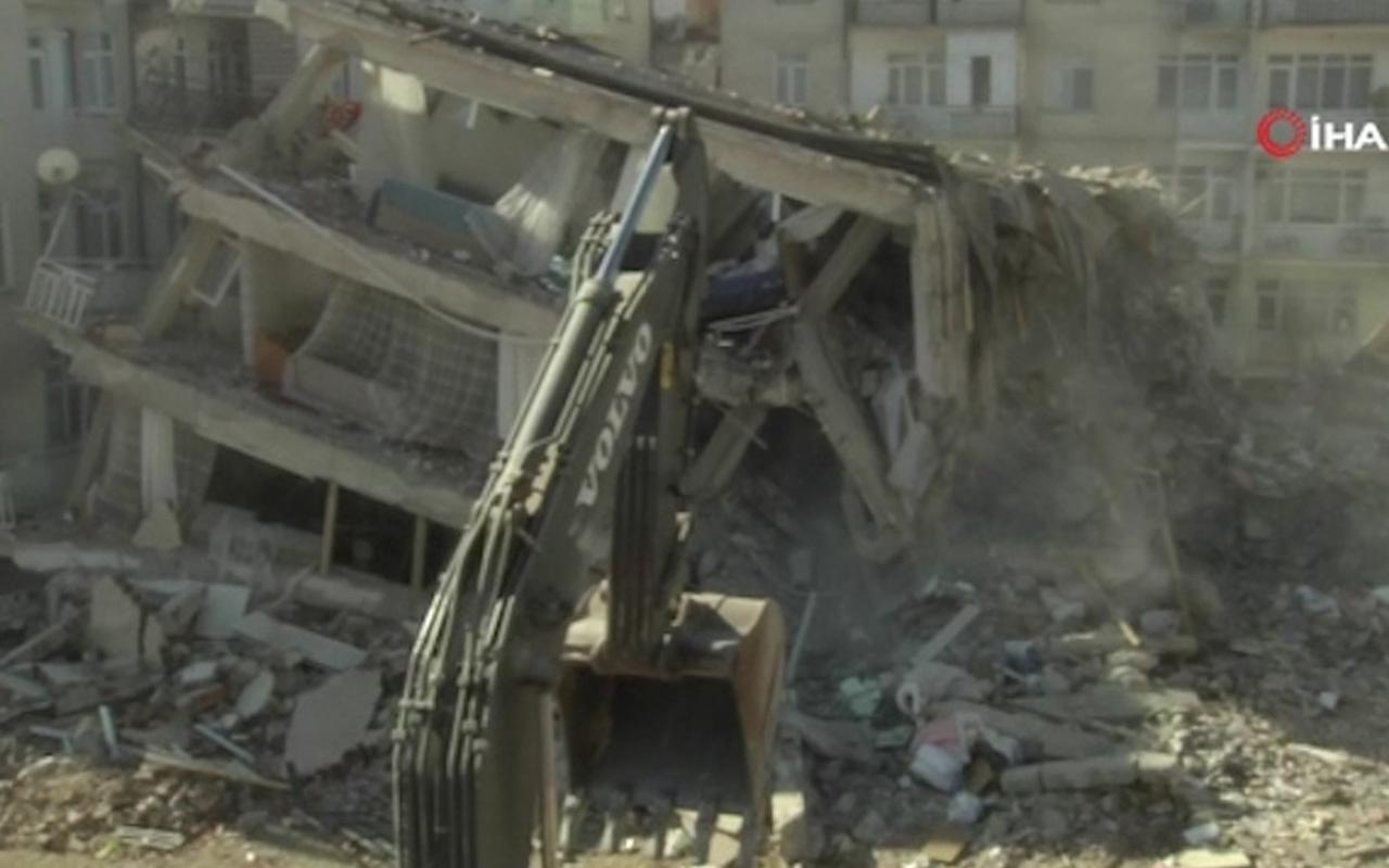 Elazığ'da kayma yaşanan bina kontrollü olarak böyle yıkıldı