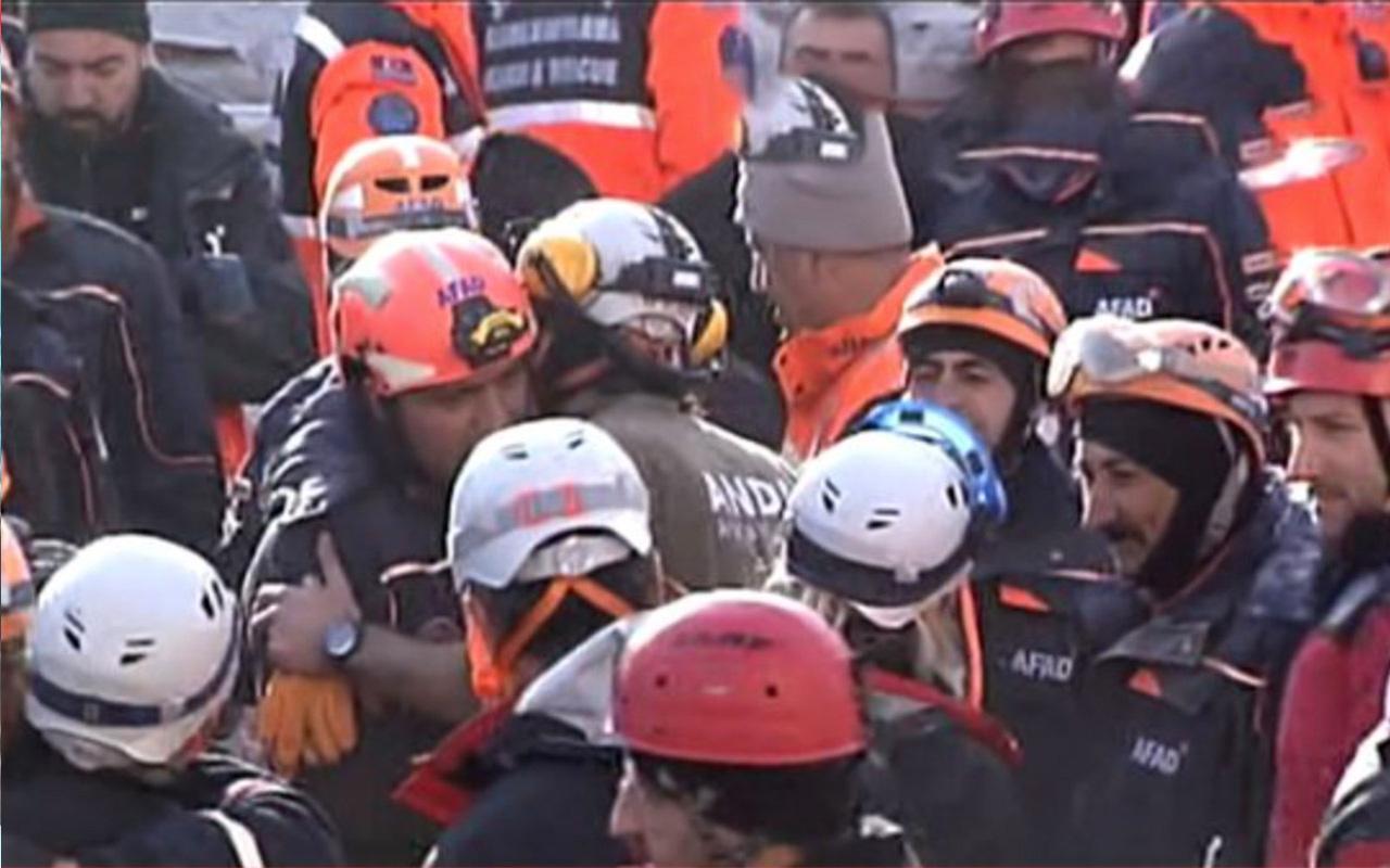 Elazığ'daki arama kurtarma ekipleri dualarla bölgeden ayrıldı