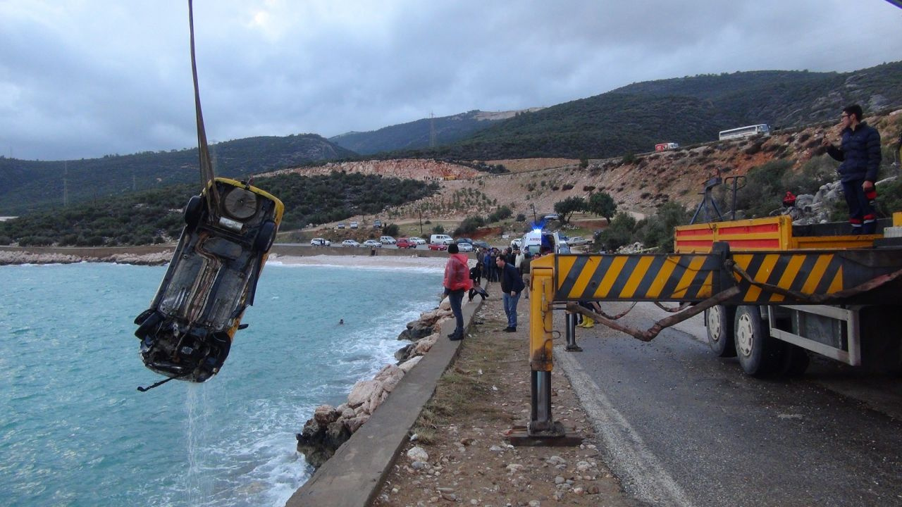 Mersin'de bir kişi taksisini denize sürüp intihar etti