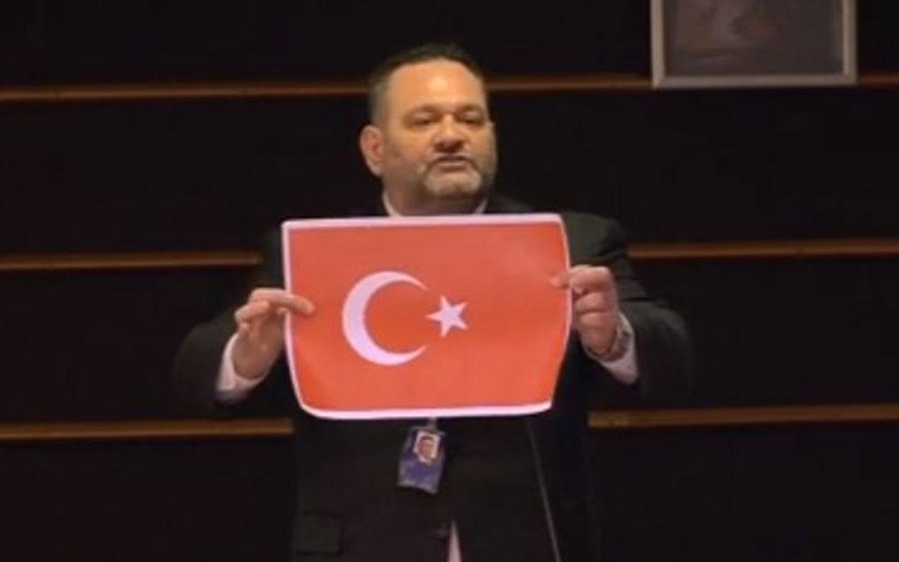 Yunanistan'ın ırkçı vekili Loannis Lagos kürsüde Türk bayrağı yırttı