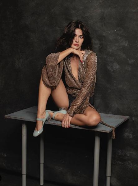 Nesrin Cavadzade abartı dekolteli elbisesiyle olay yarattı Yasak Elma oyuncusu