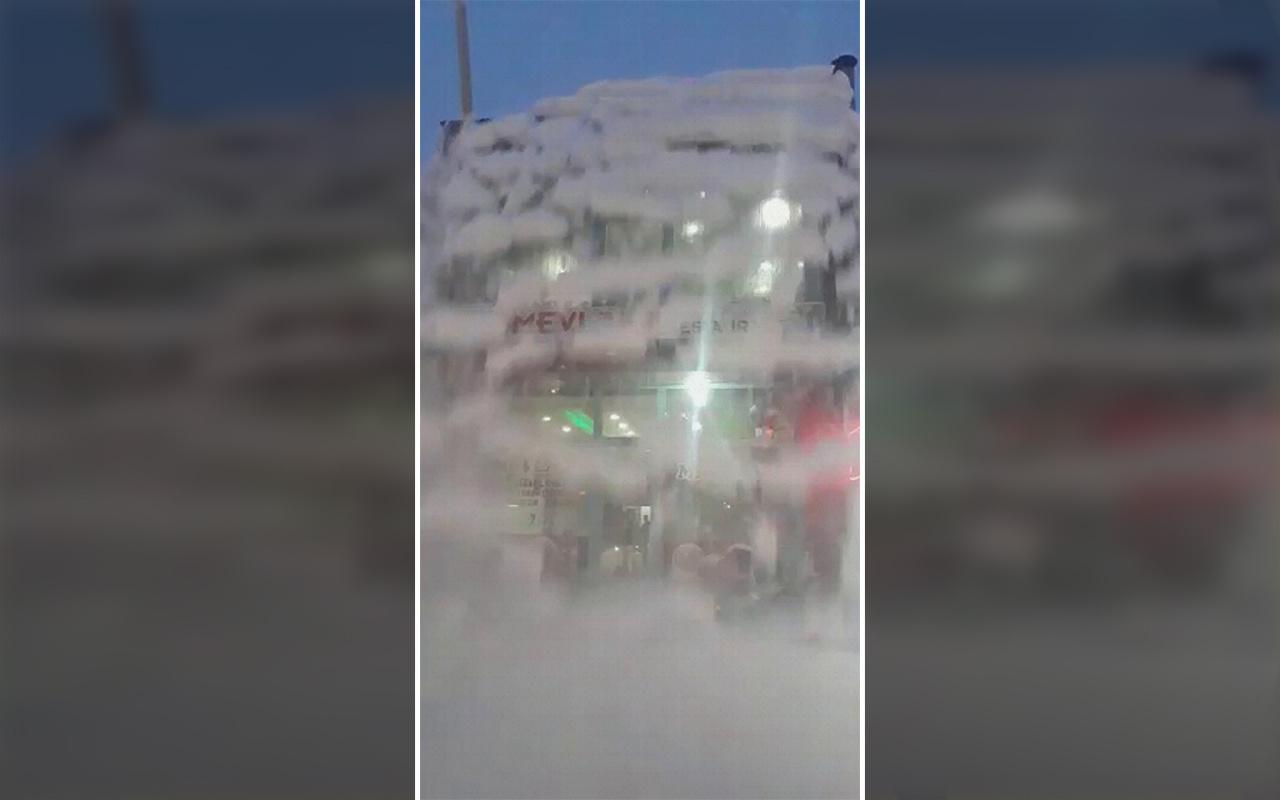 Ağrı'da çatıdan düşen kar kütlesi korkuttu