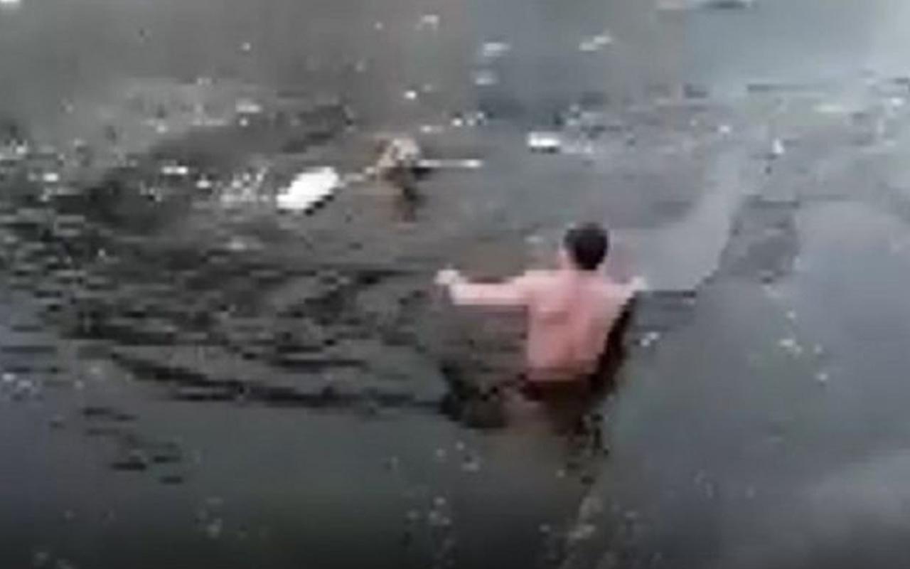 Rusya'da donmuş nehre düşen köpeği kurtarmak için suya atladı