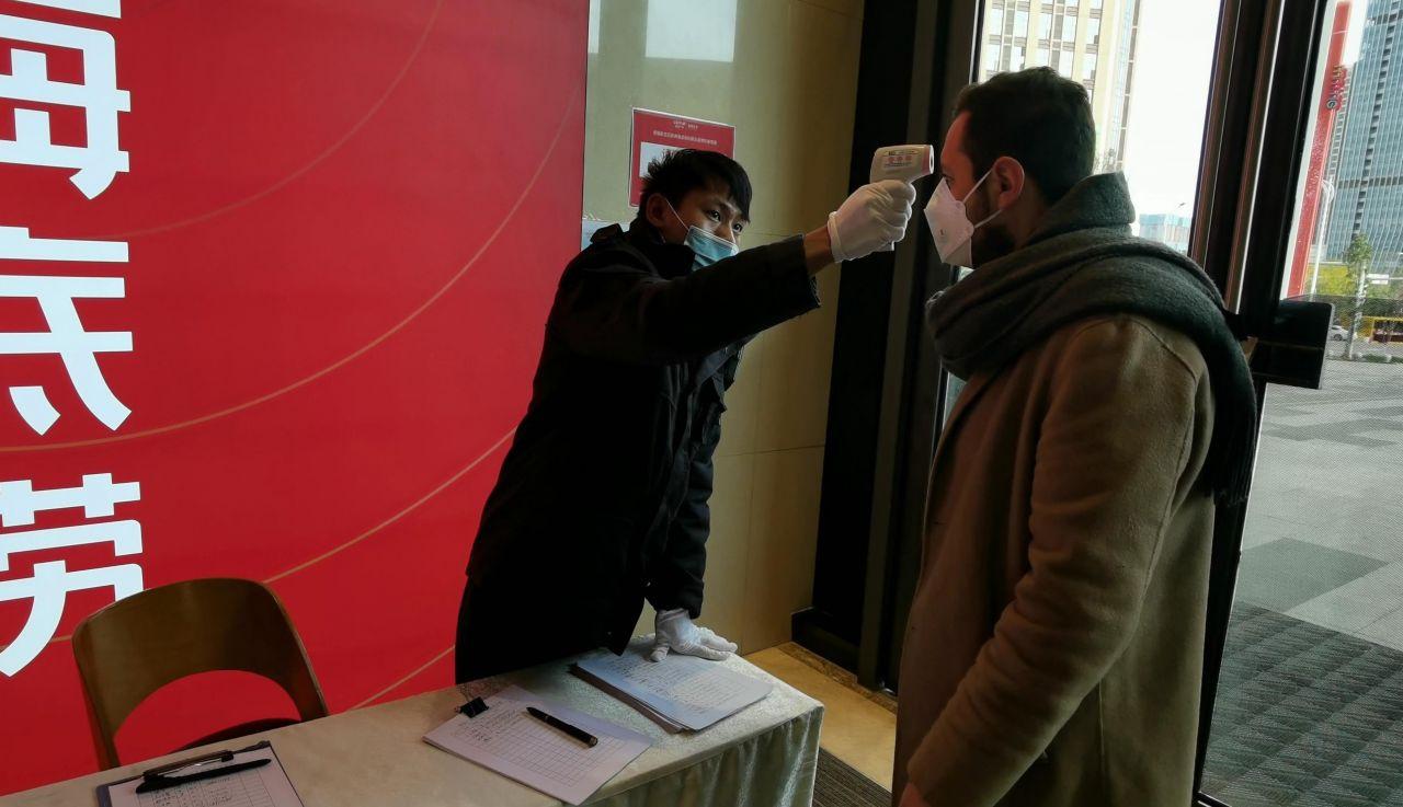 Koronavirüs'ün ortaya çıktığı kentte yaşayan Türk oyuncu dehşeti anlattı