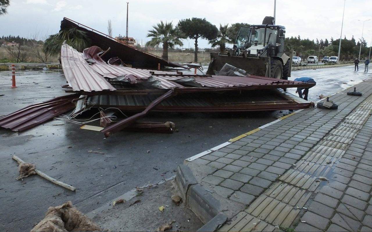 Balıkesir'de şiddetli fırtına beş katlı binanın çatısını uçurdu