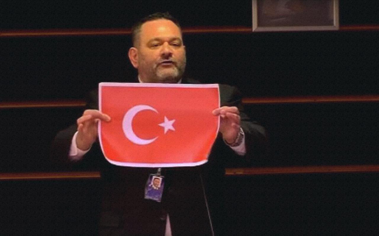 AP'de Türk bayrağı yırtan Yunan milletvekili hakkında suç duyurusu