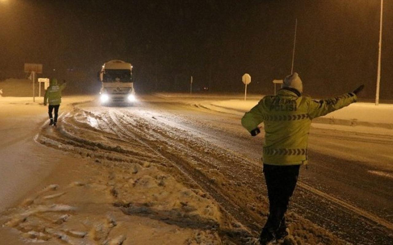 Kar yağışı Bolu Dağı'nda trafiği durdurdu