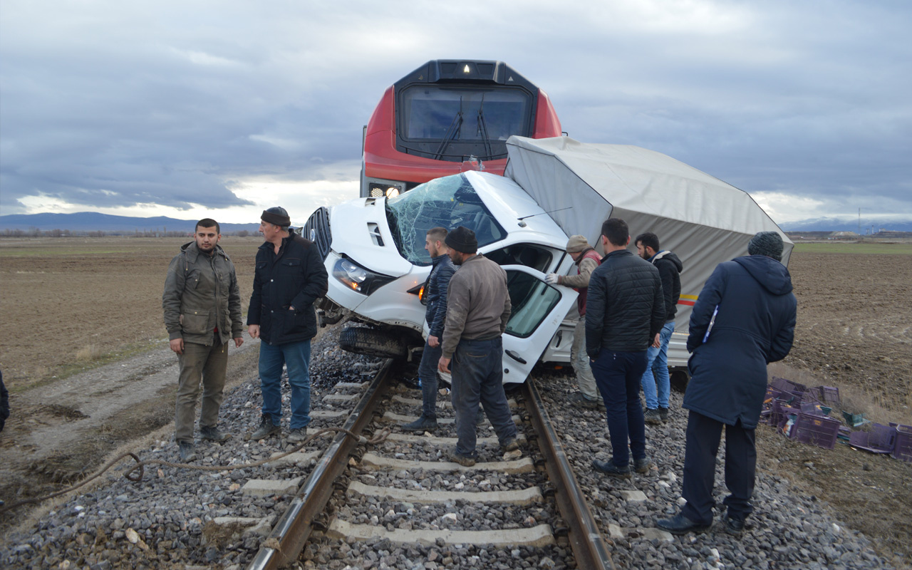 Afyonkarahisar'da Tren ekmek yüklü  kamyoneti ezdi geçti!