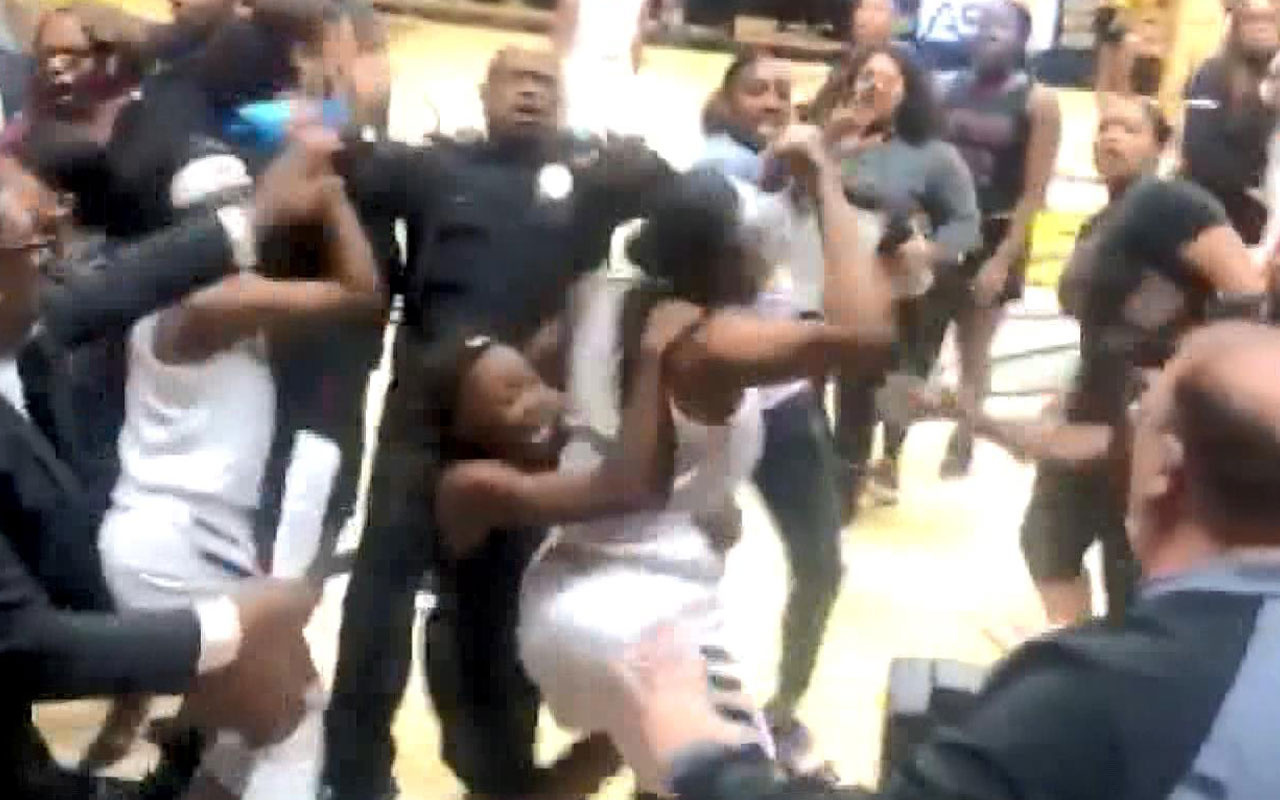 Kadın basketbolcular maç sonunda birbirine girdi