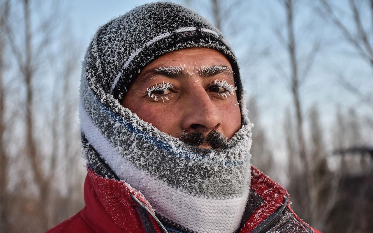 Kars'ta kaşı kirpikleri bıyığı buz tutan vatandaş soğuk hava çilesine mani koştu