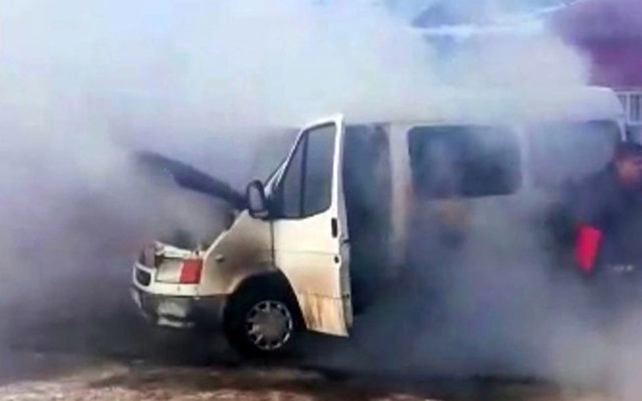 Kars'ta ısıtmaya çalıştığı minibüsünü alev alev yaktı
