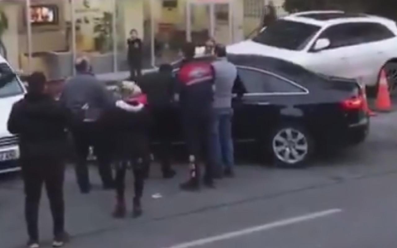 İstanbul'da park yeri tartışmasında korku dolu anlar! Öfkeli sürücü bahçeye uçtu