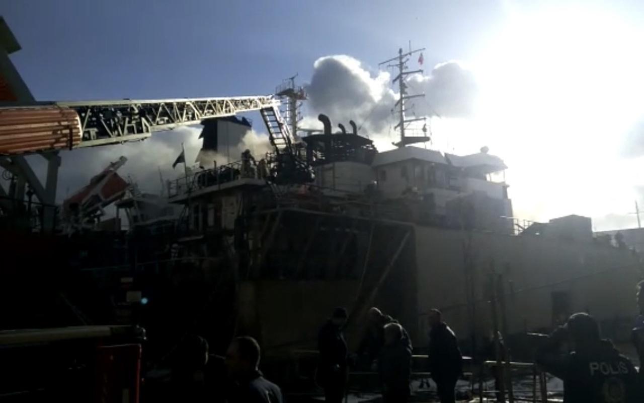 Tuzla'da geminin makine dairesinde yangın çıktı!