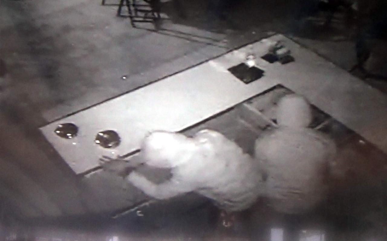 Siirt'te kasada para bulamayan hırsızlar fıstık ve çikolata çaldı!