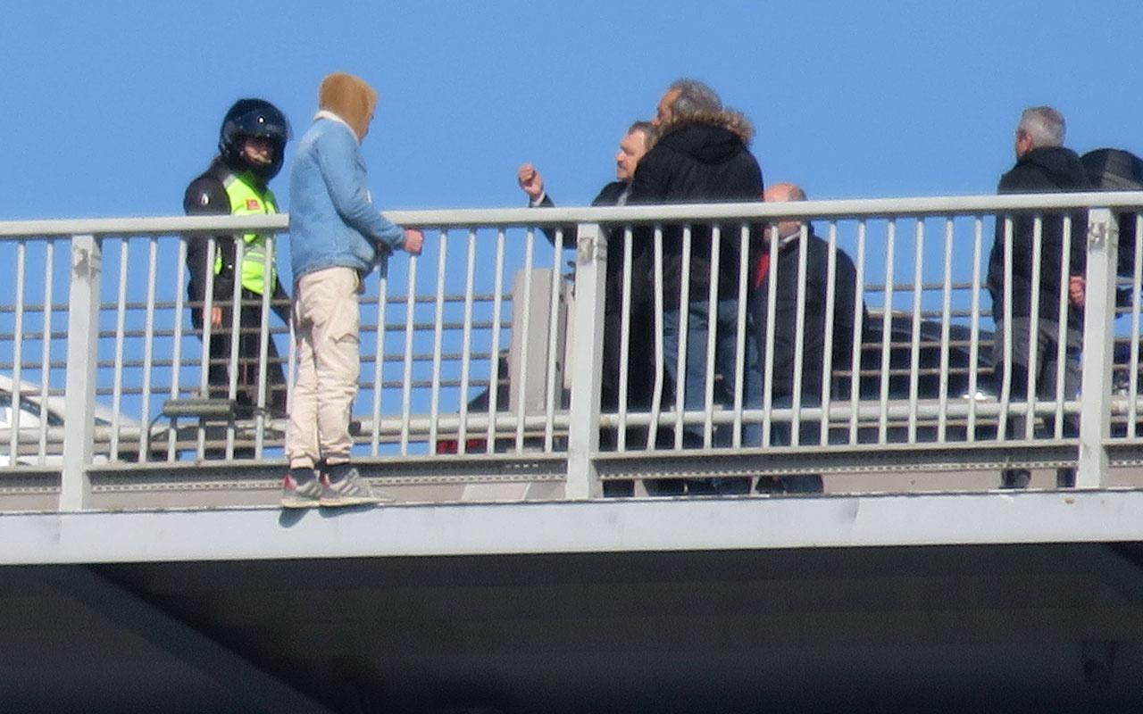 Köprüde intihar girişiminde bulunan kişiyi Veysel Eroğlu engelledi