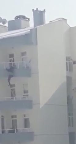 Balkondan atlayan kocasını son anda yakaladı şok görüntüler kamerada