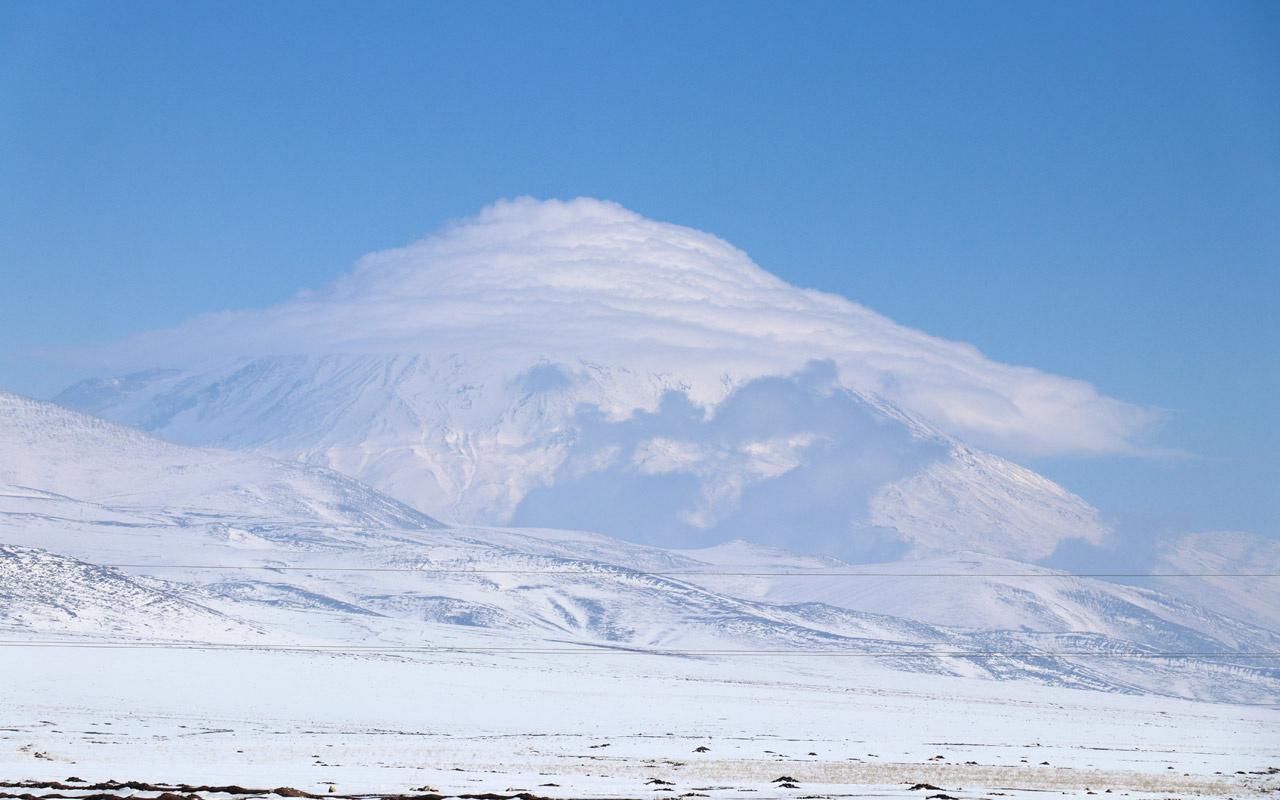 Ağrı Dağı'nı kaplayan bulutlar harika bir manzara oluşturdu