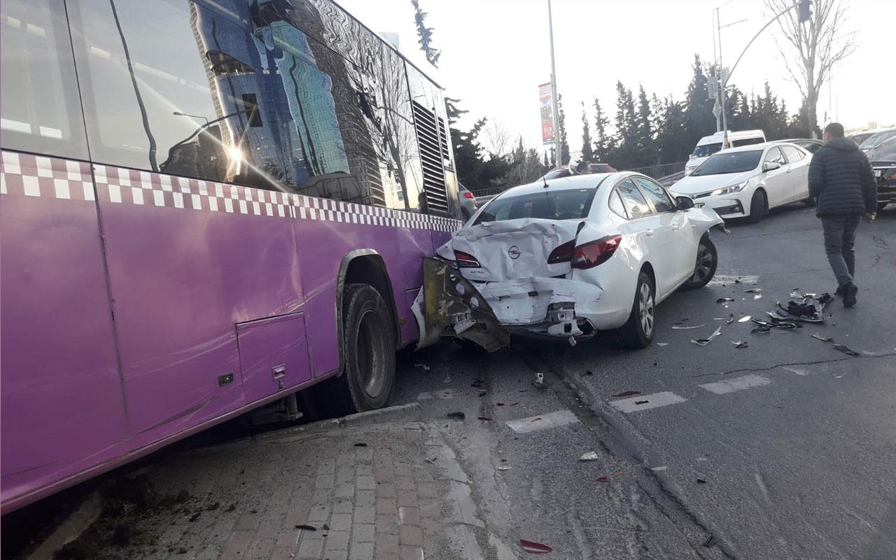 Olayın adresi Ataşehir! Araca çarpan otobüs ancak direği devirerek durabildi