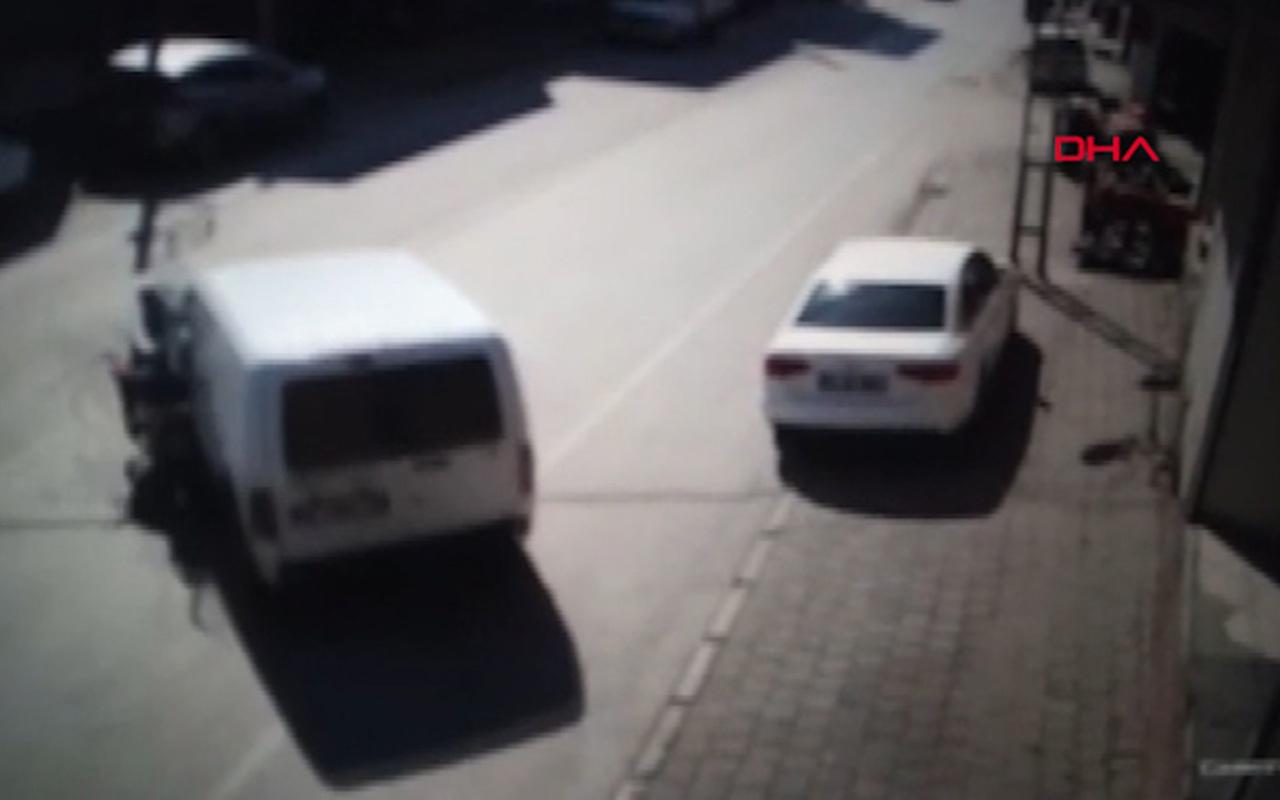 Adana'da Motosiklet sürücüsü araca çarptı o anlar kameralara yansıdı
