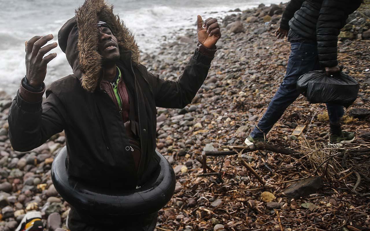 Midilli Adası'na ulaşan düzensiz göçmenlerin mutluluğu!