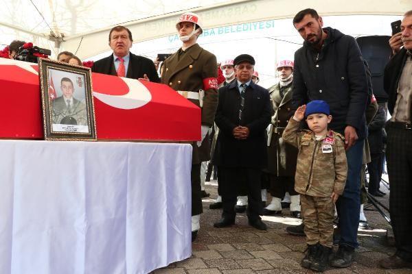 İdlib şehidini 20 bin kişi uğurladı dayısına asker selamı verdi