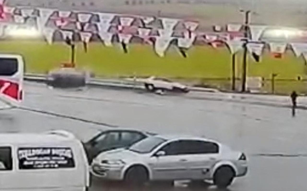 Elazığ'da iki otomobil çarpıştı! Kaza anı saniye saniye görüntülendi