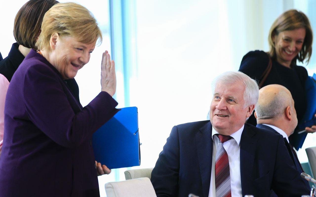 Almanya İçişleri Bakanı Seehofer koronavirüs nedeniyle Merkel'in elini sıkmadı