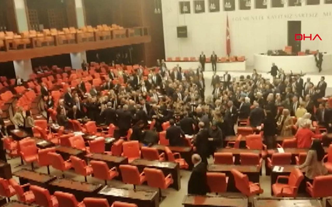 Meclis'te yumruklu kavga çıktı! Yaralanan milletvekilleri var şok görüntüler
