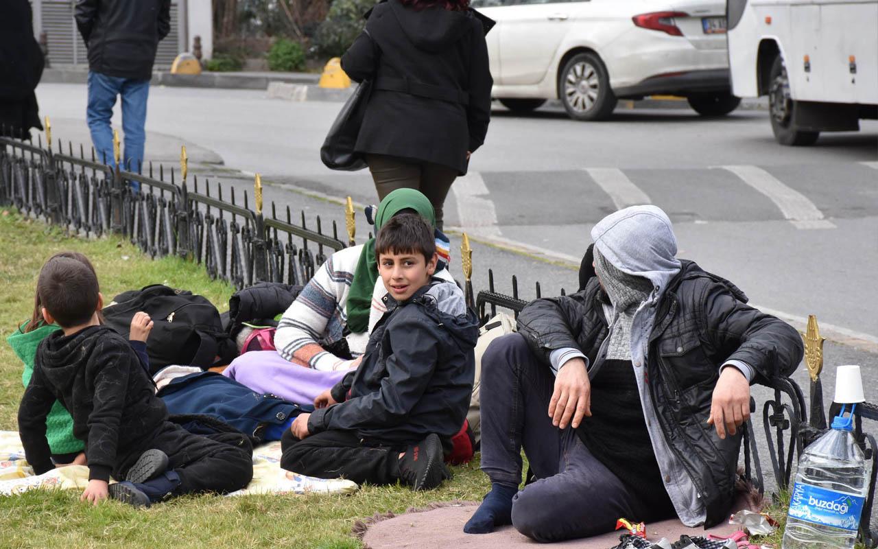 Vatan Caddesi'nde göçmenler çimlerde yatıp kalkıyor otobüs bekliyor