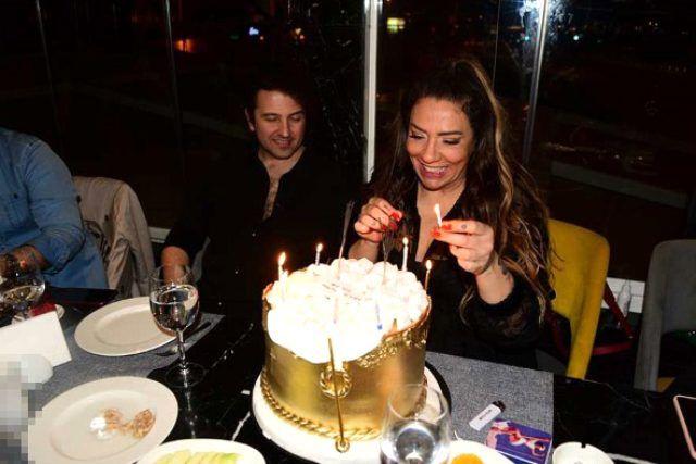 Işın Karaca sevgilisi Can Yapıcıoğlu'nu öpücüklere boğdu yeni yaşını kutladı