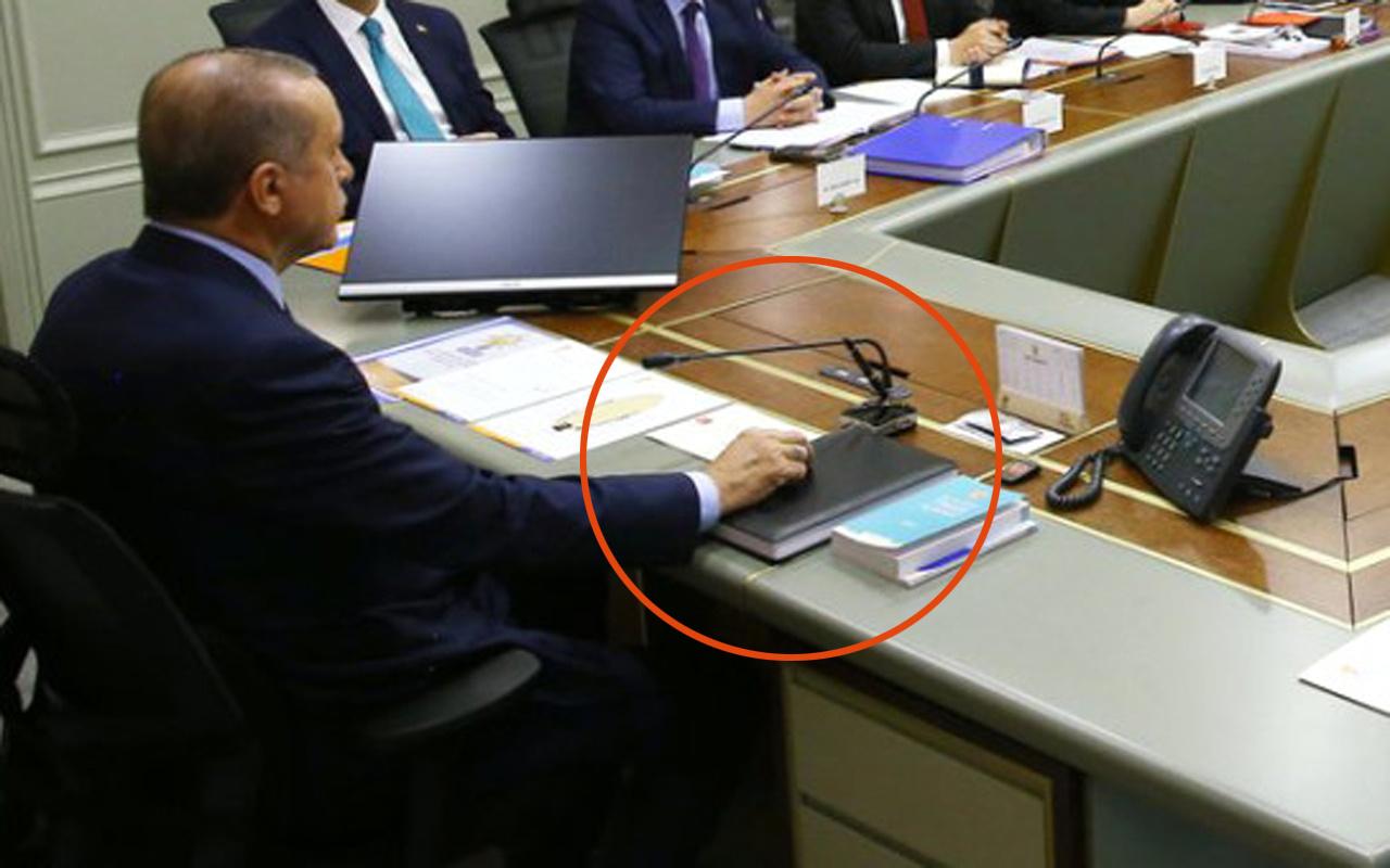 Cumhurbaşkanı Erdoğan'dan kara kaplı defter ve 3 farklı kalem sürprizi