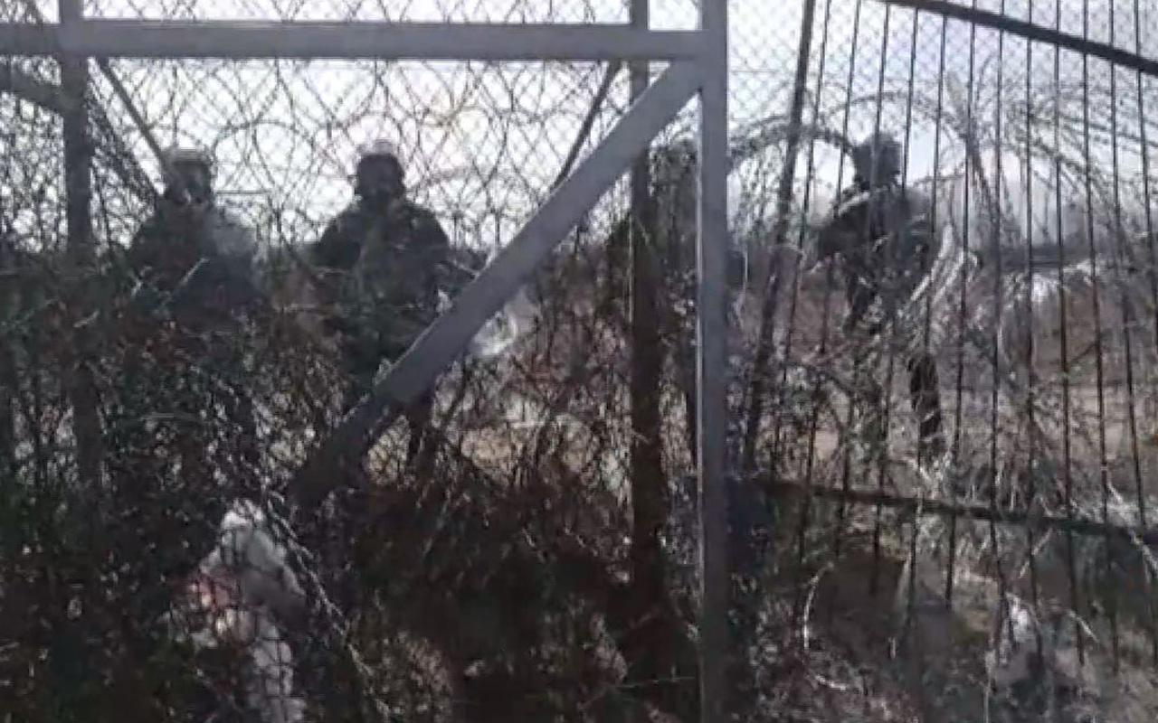 Yunan askerleri Halk TV kameramanı Yavuz Dönmez'i plastik mermilerle hedef aldı