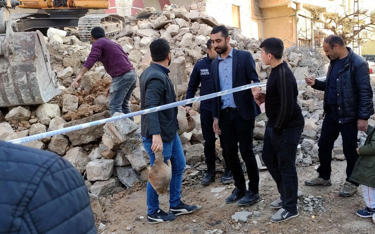 Mardin Derik'te eski caminin yıkımında küpler bulundu halk inşaat alanına koştu
