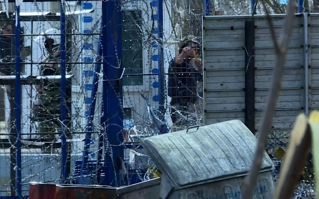 Yunan askeri sığınmacılara sapanla taş attı